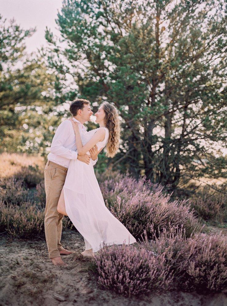 láska,rande,západ slnka,romantika, objatie,vresy
