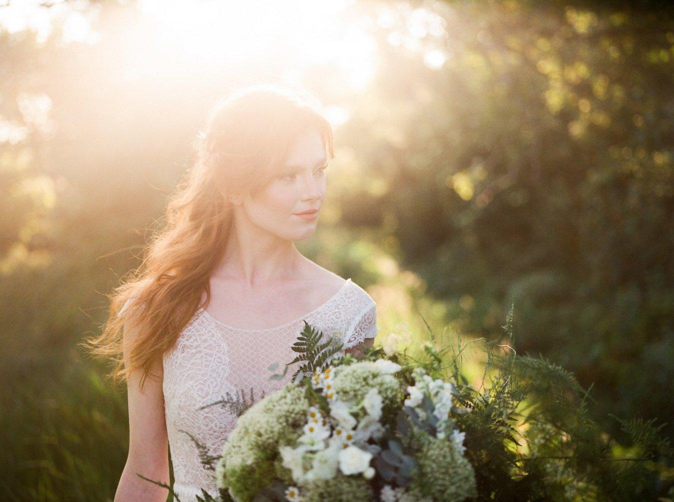 nevesta, západ slnka, svadobná kytica, fotka na negatív