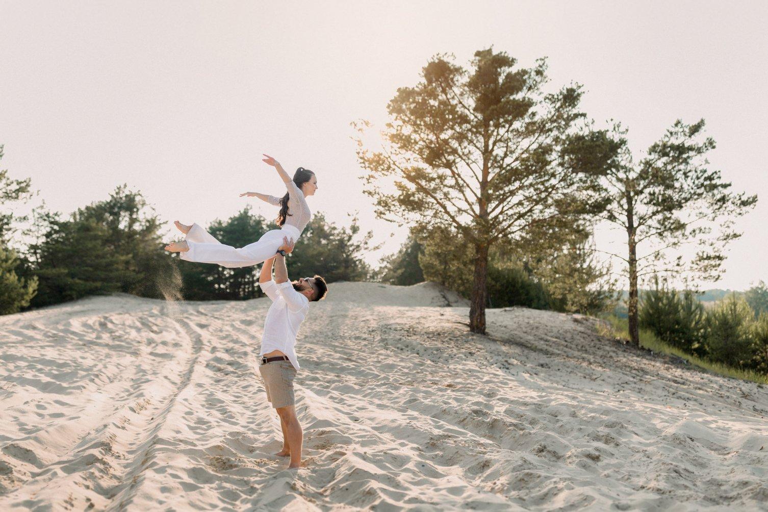 piesok, borovica, rande, láska, zdvíhačka, bosé nohy, západ slnka