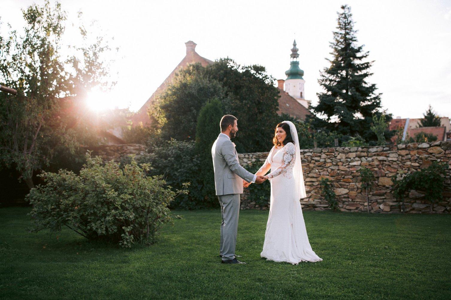 svadba, nevesta, ženích, láska, Modra, západ slnka, kostolná veža, kamenný múr, záhrada