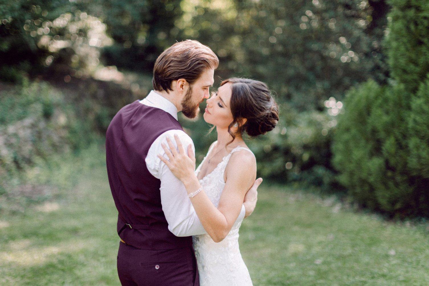 fotografia zamilovanej nevesty a ženícha tesne pred bozkom